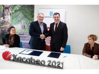 Alfredo García e Román Rodríguez na firma protocolo ruta xacobea fegamp consellería turismo.