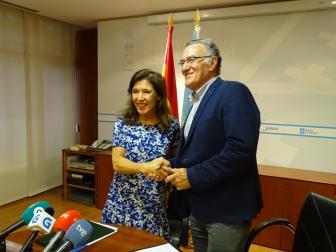 O presidente da Fegamp e a conselleira de Medio Ambiente na firma do protocolo